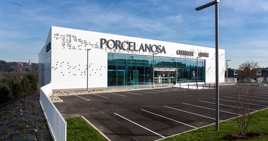 PORCELANOSA Grupo Projects: the imposing ventilated façade by KRION® for the showroom in Lyon