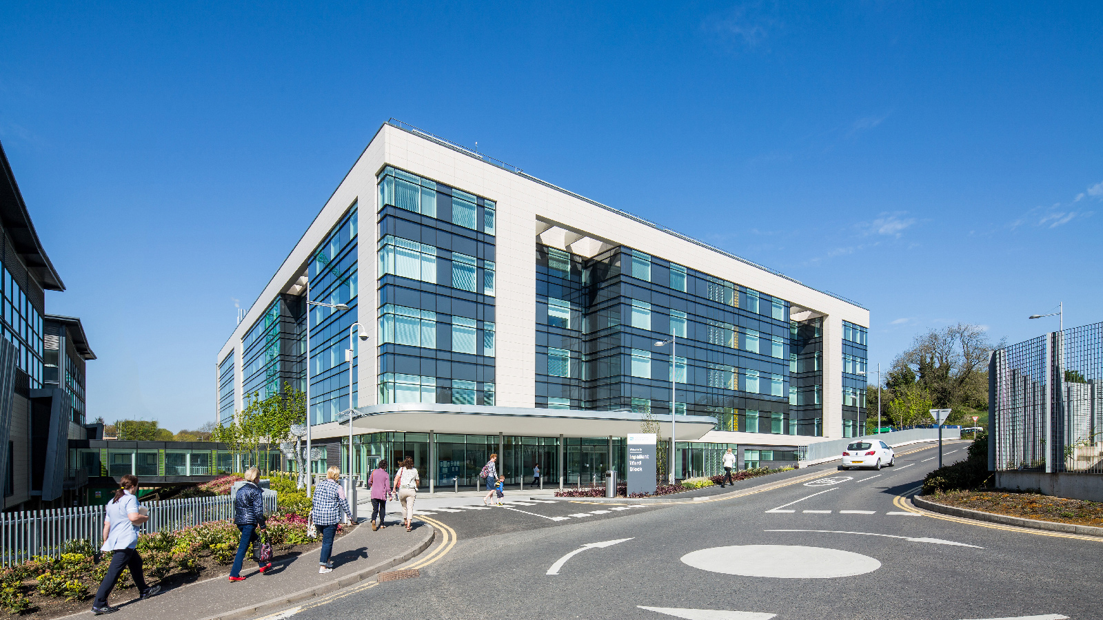 PORCELANOSA Grupo Projects: the sophisticated ventilated façade at the Belfast Hospital in Ireland, manufactured with Ston-Ker