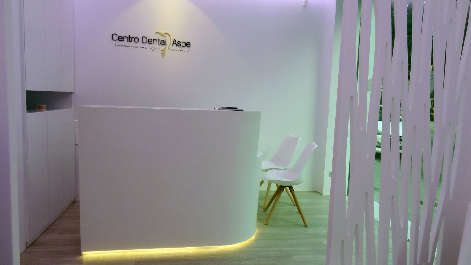The Aspe dental clinic incorporates white and wood textures from the PORCELANOSA Grupo