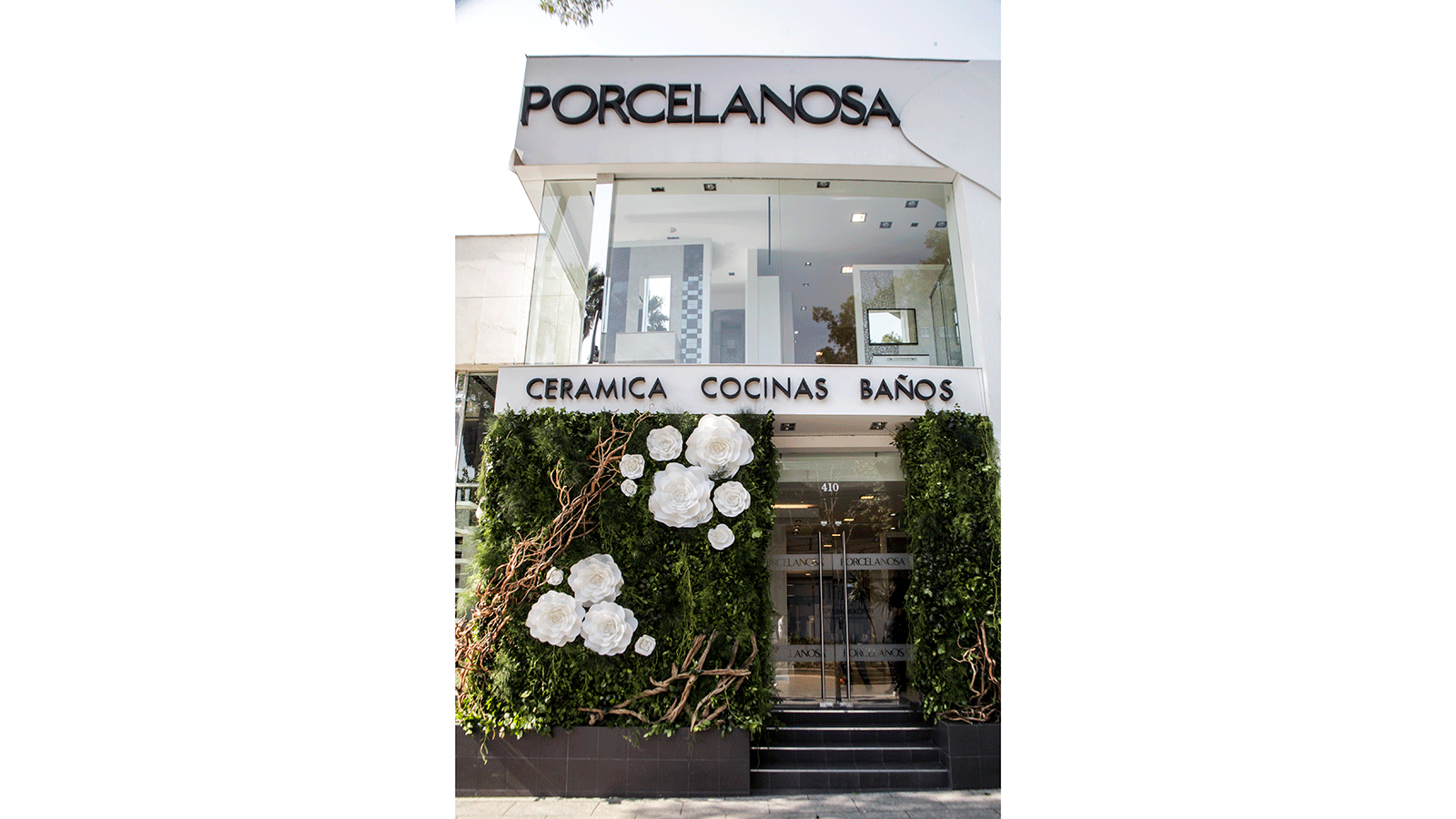 Le groupe PORCELANOSA couvre de roses blanches son showroom mexicain