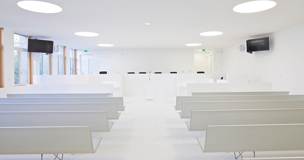 The PORCELANOSA Grupo Projects: a pure white courtroom for the Crown Court in Lorient, France