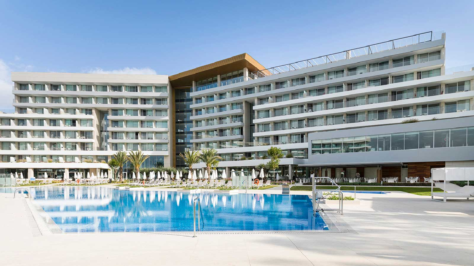Urbatek a Systempool appear on the 8,500 m2 facade at Palma Palace's Hipotels Playa