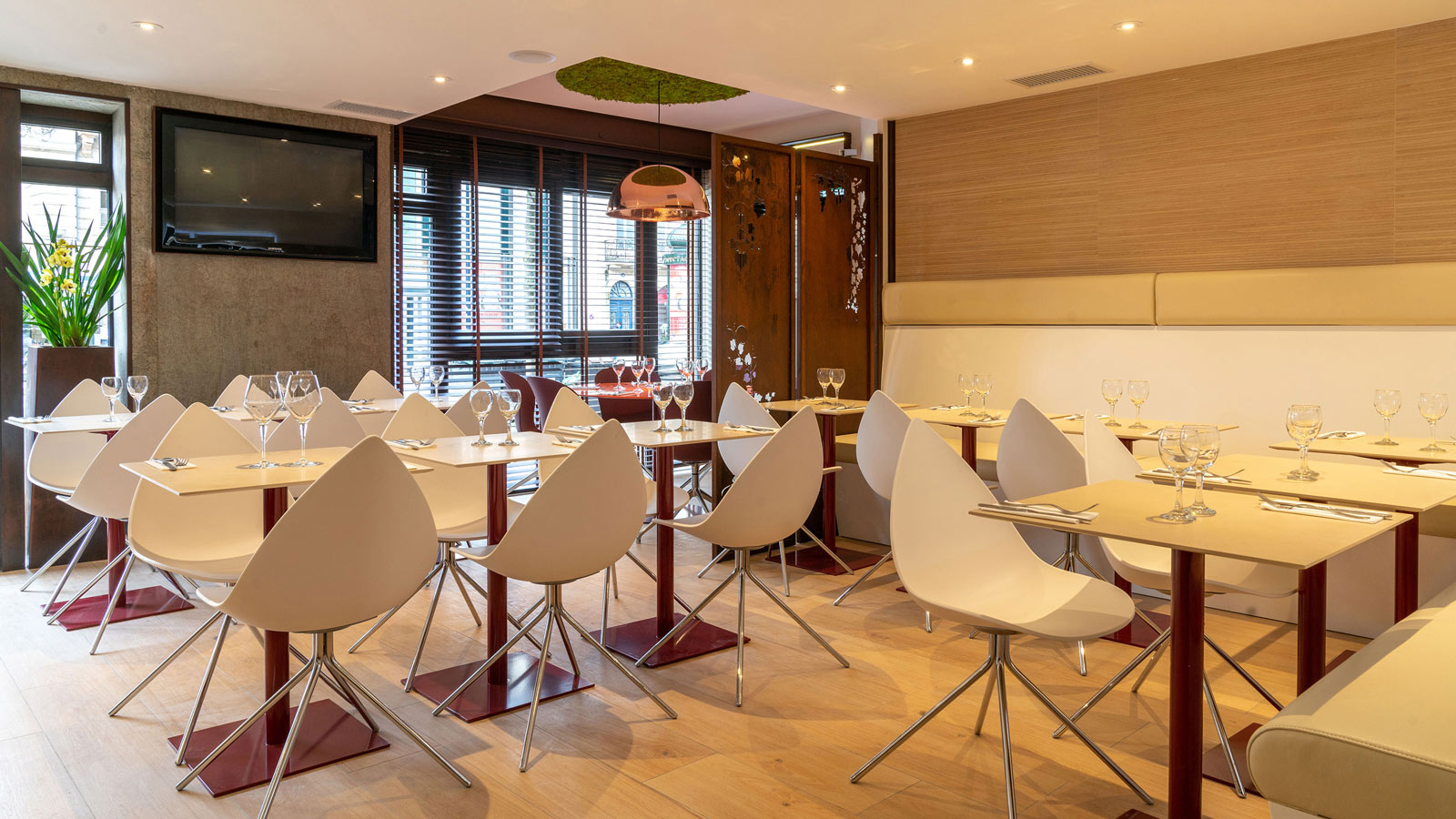 PORCELANOSA Group Projects: The Le Grand Café restaurant in Bordeaux extends its menu through materials from the PORCELANOSA Group