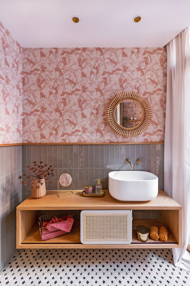 Real bathroom ideas combining wallpaper and tiles