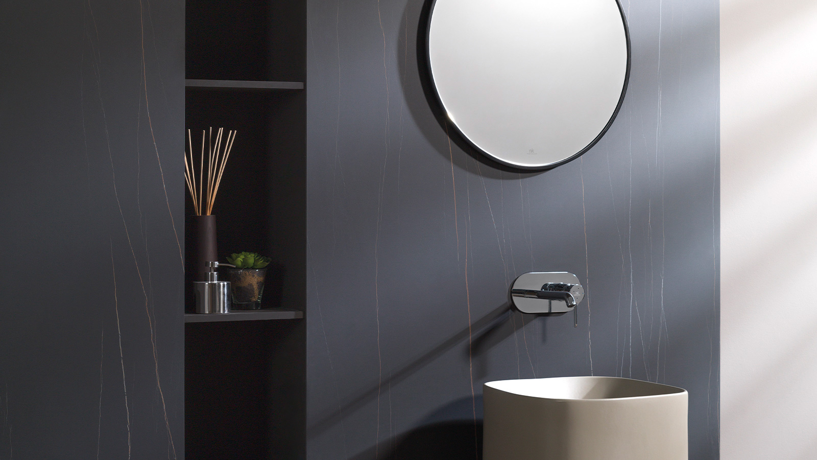 Nylo Black: the Urbatek porcelain tile which simulates black marble