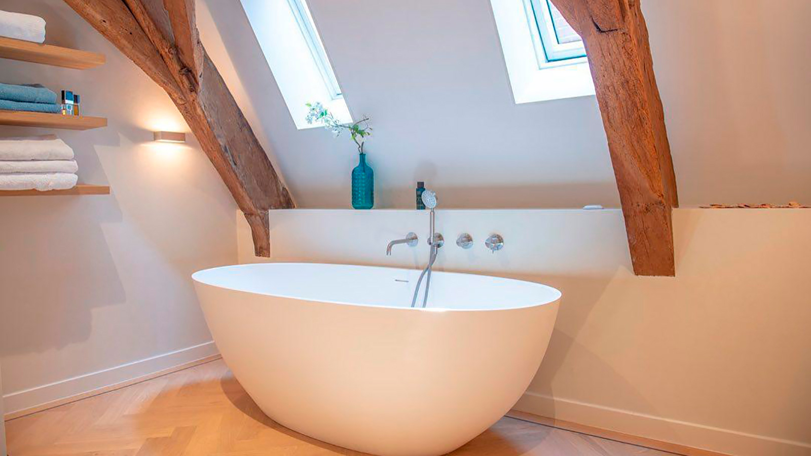 Come decorare un bagno con soffitto inclinato