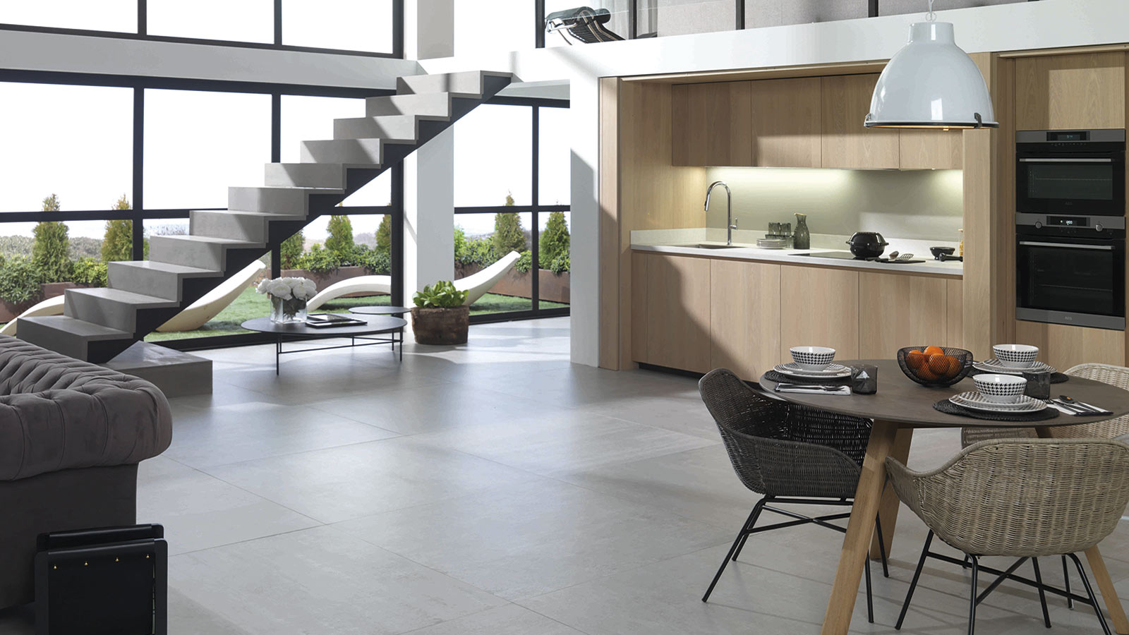 Gamadecor presents a chameleonic design in its Emotions 6.90 Roble Alba kitchen