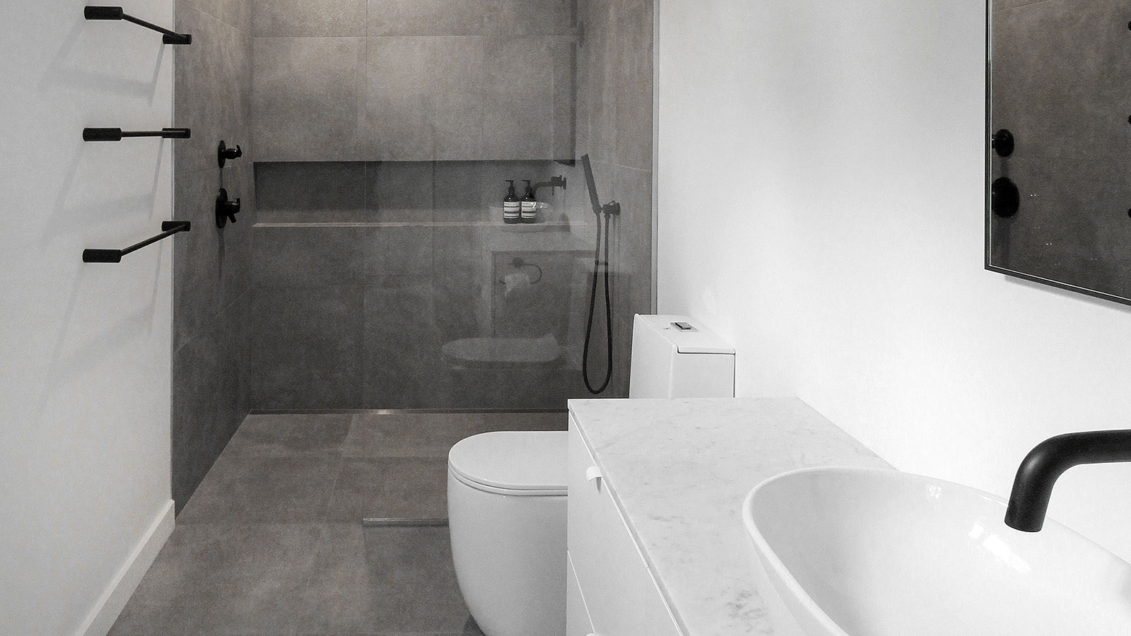 Inspiring minimalist bathrooms with grey tiles