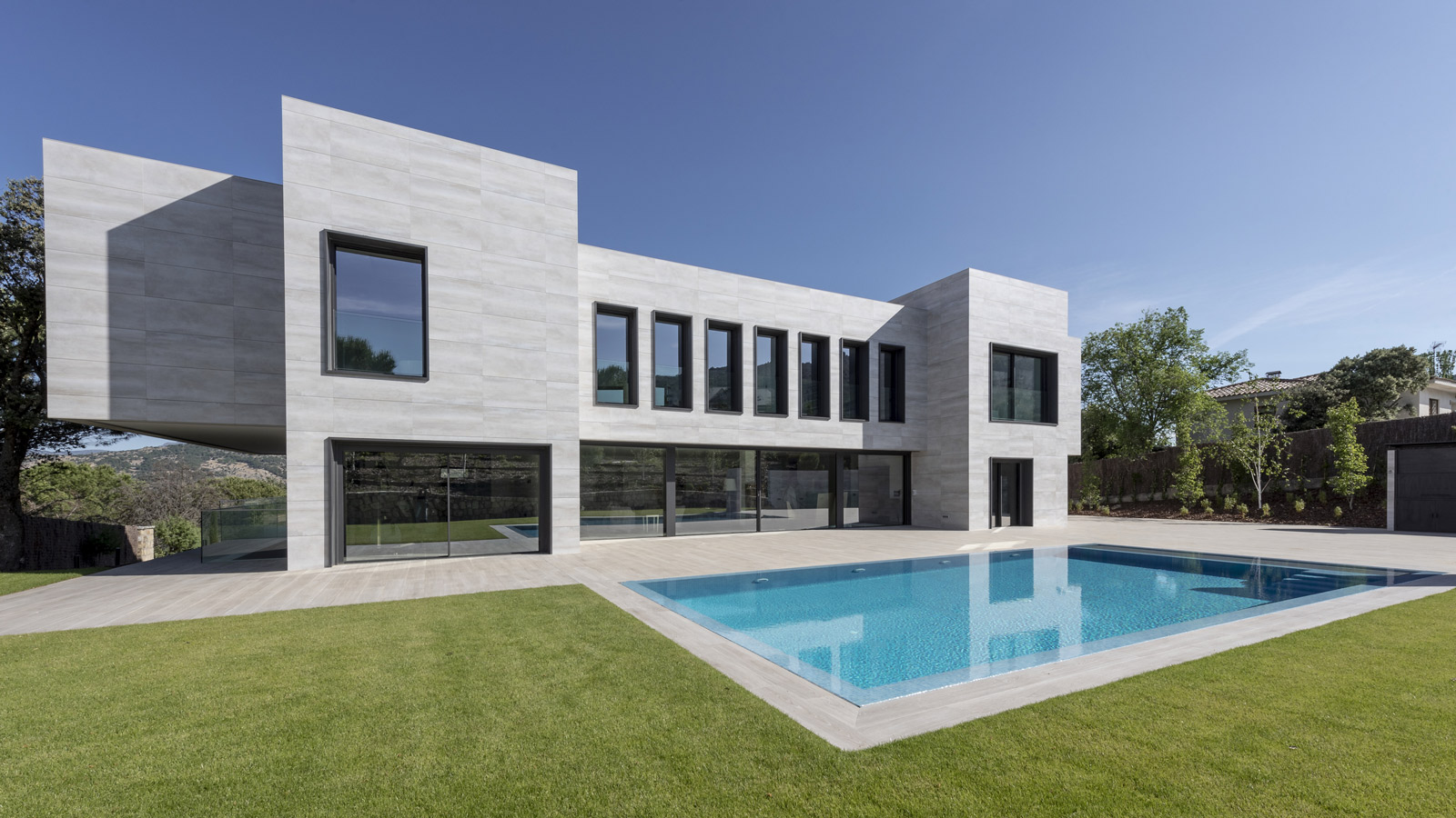 PORCELANOSA Group Projects: Volumetric architecture in the Sierra de Guadarrama