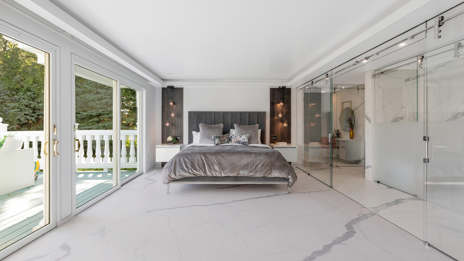 PORCELANOSA GROUP PROJECTS: A 'total white' home with infinite rooms featuring XTONE