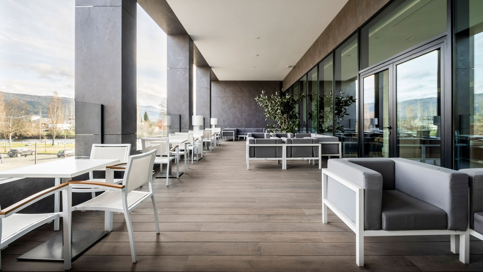 The Premium Chaves Hotel refurbishes its facilities with Porcelanosa